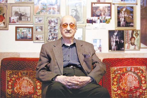 استاد عبدالوهاب شهیدی دوران نقاهت خود را در منزل میگذراند