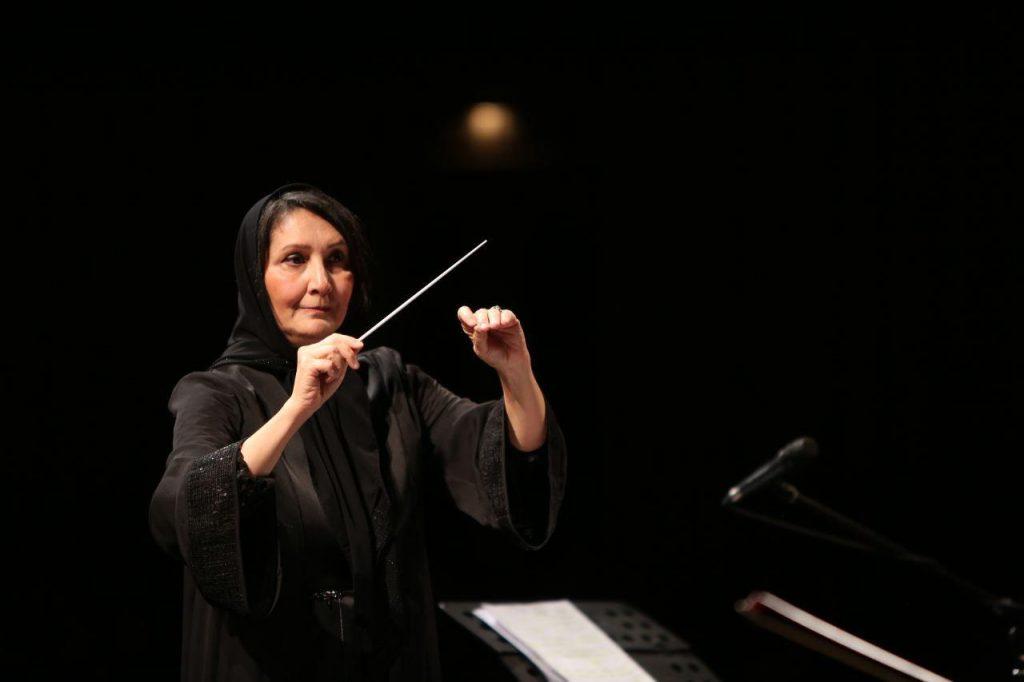 بانوی آهنگساز و رهبر، ارکسترش را برای زلزلهزدگان رهبری میکند