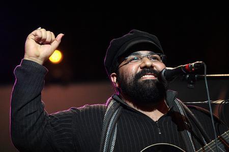 پایاندادن زود هنگام کنسرت رضا صادقی به بهانه بمبگذاری در سالن وزارت کشور